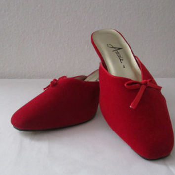 14-1133 Vintage 1990s Red Velvet Slippers with Heels / Boudoir Slippers / Red Slippers / Christmas Shoes / 7 1/2