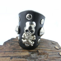 Beautiful Handmade Ajustable  Skull Rivets  Black  Leather Ring R4