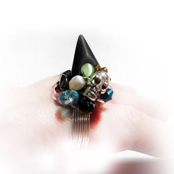 Black Spike Ring with Mini Skull, Crystals and Freshwater Pearls. Ring with Spikes & Crystals - Punkring med Dödskalle och Kristaller