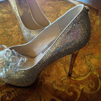 Crystal Shoe Clip, Bridal Accessories, Can be customized in different colors, Clear Flower with Rhinestone Center
