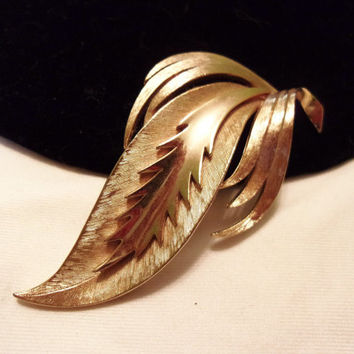 CROWN TRIFARI Brooch Pin Vintage 1960s Textured Gold Plate Modernist Leaf