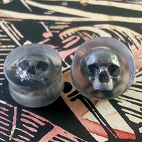 Clear Plugs With Silver Skull - 0g 8mm - 3/8 9mm - 00g 10mm - 7/16 11mm - 1/2 12mm - 9/16 14mm - 5/8 15mm - 3/4 19mm - 7/8 22mm - 1 25mm