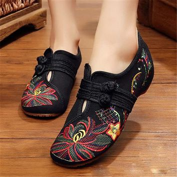 New Chinese Style 2018 Spring Summer Fashion Women Flat Old Peking Lotus Flower Embroidered Shoes Soft Sole Comfortable Flat