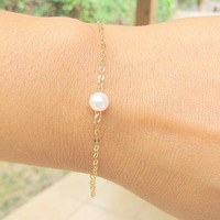 Dainty Pearl Bracelet, dainty gold bracelet, freshwater pearl on Gold fill chain, simple, delicate bridal jewelry,Bridesmaid gifts