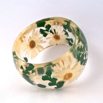 Size XL Botanical Resin Bangle. Daisy and and Dark Green Fern Pressed Flower  Bracelet.  Plus Size Bangle with Real Flowers.