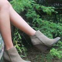 SZ 8.5 Very Volatile Whitby Abbey Khaki Suede Wedge Bootie
