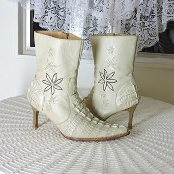 Vintage alligator / leather cowgirl boots / US 7.5 / 8 / cream embroidered pointy stiletto cowboy boots / beige high heel western boots