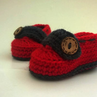 Crochet Boy and Girl Booties / Baby Slippers with soft baby yarn and natural button / Gift for Baby Shower / Newborn Baby Booties