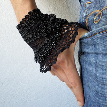 Black beaded crochet bracelet - Scabiosa Atropurpurea: bracelet with beaded flowers and black crochet lace