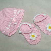 Crochet hat and baby baby sandals gift set - Newborn hat and sandal gift set - Crochet flower sandals and ribbon hat baby shower gift set