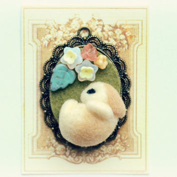 Needle felted bunny rabbit necklace / pendant , bunny with white and beige flowers, whimsical jewelry
