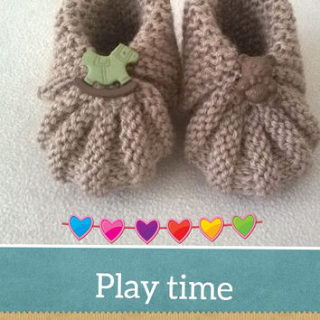 Hand Knitting Beige Babies Shoes \ Baby boy Baby girl booties with toys button \Newborn Baby Shoes \0-3 Months for Baby Booties