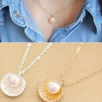 South Korea Female Korean Fashion Accessories Contracted Gas Quality Imitation Pearl Shell Shape Pendant Necklace Short Clavicle