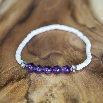 Amethyst and shells bracelet, Healing crystals bracelet, Tiny women bracelet, Minimalist beach boho jewelry, White and purple bracelet