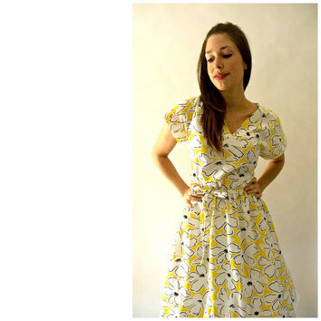 1960's white cotton tea dress with yellow and black floral pattern.  Size 6/8  (medium)