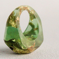 very green gold eco resin pebble shaped ring size 6 with suspended gold leaf