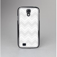 The Faded White Zigzag Chevron Pattern Skin-Sert Case for the Samsung Galaxy S4