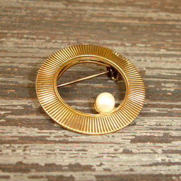 Vintage Pearl Brooch, Gold Tone Pin, Glass Pearl, Scarf Pin, Circle Pin, Textured Ribbed Brooch, Round Pin, White Faux Pearl, Estate Jewelry