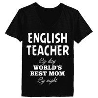 ENGLISH TEACHER BY DAY WORLD'S BEST MOM BY NIGHT - Ladies' V-Neck T-Shirt