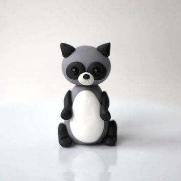 Fondant raccoon cake topper. Raccoon fondant topper. Woodlands fondant topper. Forest cake topper.