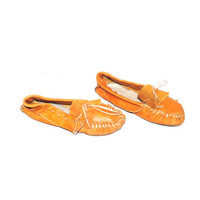 retro moccasins 1970s vintage boho caramel leather moccasin slippers size 10