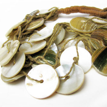 Vintage Sea Shell Beach Bracelet, Mother of Pearl - Bracelet Coquillage. Vintage and Handmade Jewelry by My Chouchou on Etsy.