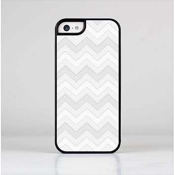 The Faded White Zigzag Chevron Pattern Skin-Sert Case for the Apple iPhone 5c