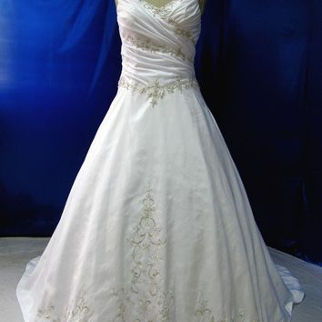 Medieval Wedding Dress in Satin and Embroidered Lace