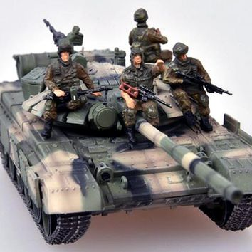 T-72 (T-72BM) Russian Tank with Four Soldiers - Chechnya 2010 - 1/72 Scale Model by Modelcollect