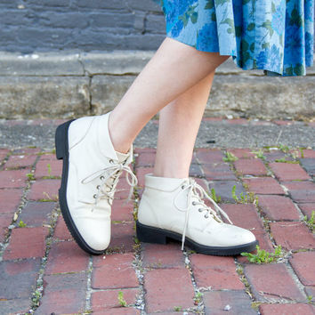 vintage white ankle boots 8.5 / leather lace up boots / 90s white booties / white lace up boots 8.5 / white leather boots