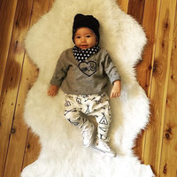 2017 new style baby boy clothes Long sleeve Gray Heart T shirt + pants 2 pcs newborn clothes baby clothing set infant suit