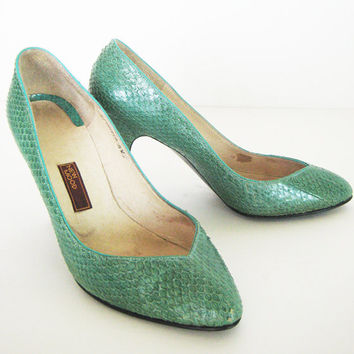 Vintage 80's genuine snakeskin green emerald deep low cut front pumps 3.5 inches high heel SIZE 8