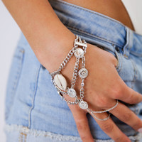 Lana Hand Chain in Shell