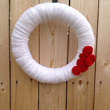 Yarn wreath white with red felt flowers/roses 14inch wreath classic and elegant