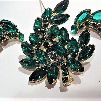 Mid Century Rhinestone Brooch Clip On Earrings Set Emerald Green Glass Demi Parure Fashion Jewelry Old Hollywood Spring Summer Wedding Bride