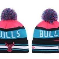 CHICAGO BULLS NBA NEW ERA (9FIFTY) PINK/BLUE/BLACK & WHITE STRIPED  BEANIE CAP