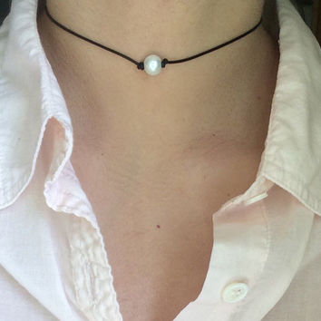 Pearl choker, dainty pearl leather choker necklace with single pearl, black leather choker, pearl necklace, beaded choker, boho choker