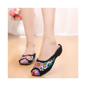 Old Black Beijing Cloth Shoes for Women in Vintage Embroidery Online & National Style with Beautiful Floral Designs