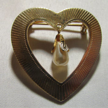 Vintage Jewelry, Sweet Heart Brooch, Dangle Faux Pearl Hanging from a damascene  End Cap, Pin in Gold Tone,1950's