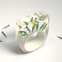 Marguerites from neighbours garden – romantic flower ring with white and yellow mini-marguerites on a white ring made of resin
