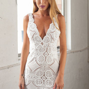 White Sleeveless Scallop Deep V-Neck Lace Dress