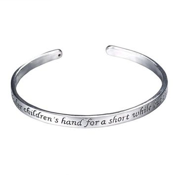 Fashion Mother Day Gifts Zinc Alloy Rhodium Plated bracelets A Mother Holds Her 2017 Child's Hand Heart Pendant bangles