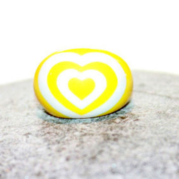 Vintage Retro Yellow Chunky  Lucite Dome Ring 1960s Size 9 White Hearts
