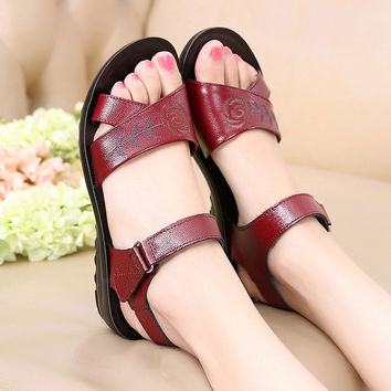 2016 new tide female cool slippers Ms leisure summer lady leather soft bottom shoes sandals, beach sandals old mother