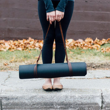 customizable brown leather yoga mat strap + blanket strap // hand-cut, waxed leather straps with an adjustable loop-through fastening