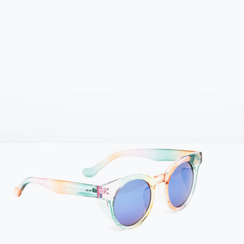 Round sunglasses with colored rims