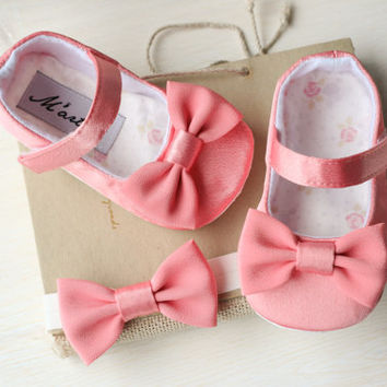 Coral pink baby girl shoes and bow headband, salmon pink baby shoes, flower girl wedding outfit