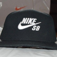 bnwt men's Nike SB black snap back cap hat with white embroidered logo