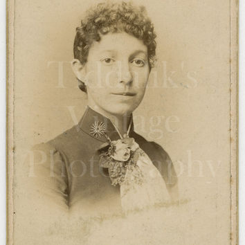 CDV Photo Victorian Young Pretty Woman, Short Curly Hair Portrait - J Brooks of Todmorden West Yorkshire - Carte de Visite Antique Photo