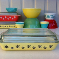 Pyrex Snowflake space saver!! Rare yellow JAJ Pyrex lidded baking dish! ReTrO KiTcHeN!